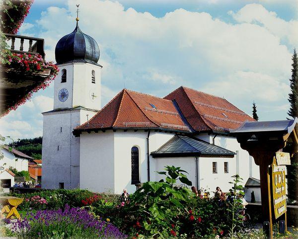 Blick auf die Pfarrkirche Langdorf im ArberLand Bayerischer Wald