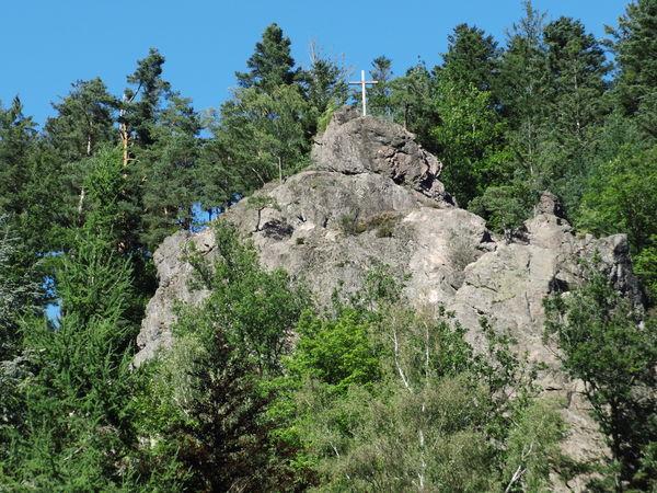 Blick auf den Kreuzfelsen mit Gipfelkreuz