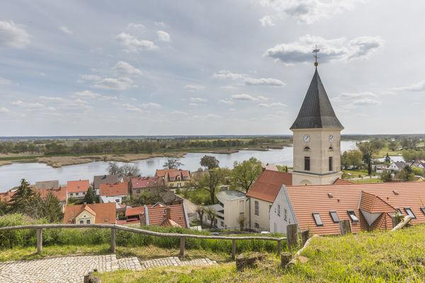 Blick vom Burgberg in Lebus auf die Kirche und die Oder, Foto: TMB-Fotoarchiv/Steffen Lehmann