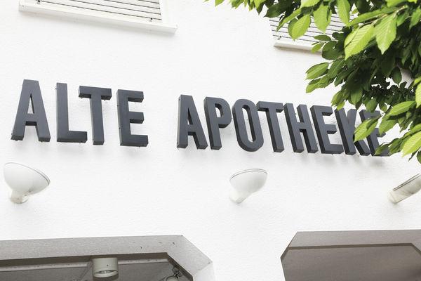 Alte Apotheke - Hausfront mit Logo