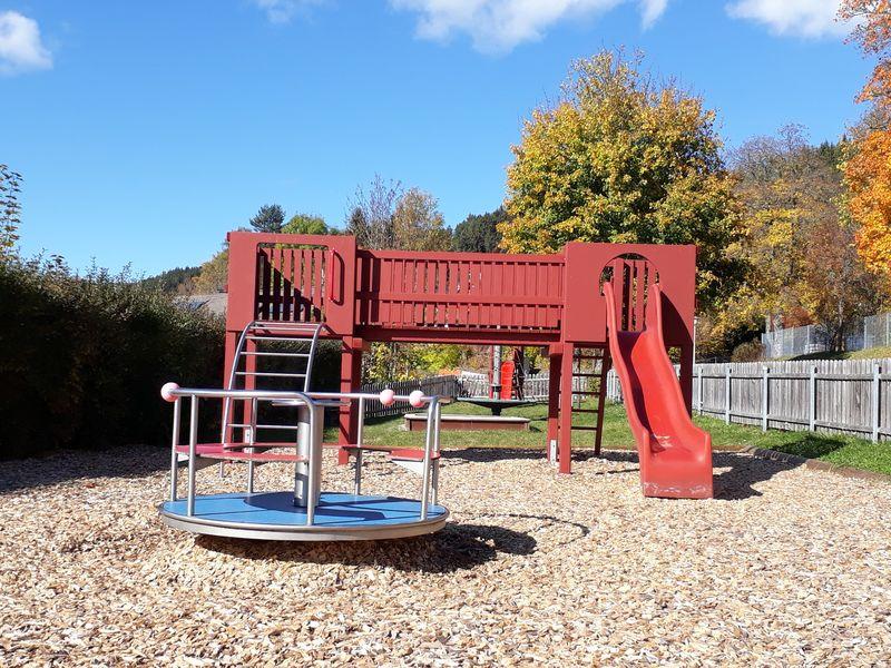 Klettergerüst Spielplatz : Spielplatz bei der evangelischen kirche hochschwarzwald