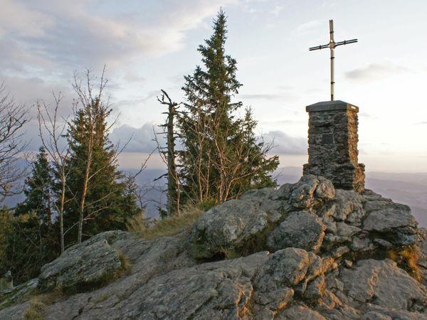 Beim Gipfelkreuz am Großen Falkenstein an einem Oktoberabend