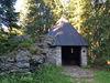 Gegenüber des Schutzhauses befindet sich eine Kapelle, die dem Hl. Franziskus geweiht ist