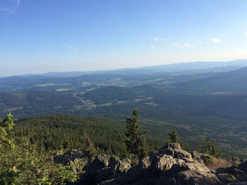 Vom Gipfel hat man eine herrliche Weitsicht über den Bayerischen Wald