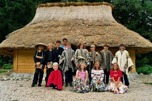 Gruppe vor einer chilenischen Ruka im Wildniscamp am Falkenstein im Nationalpark Bayerischer Wald