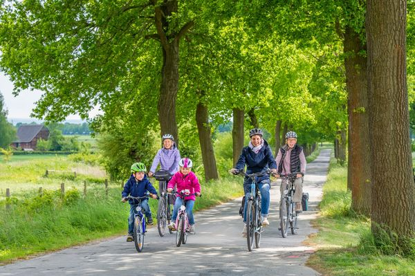 Familie unterwegs auf der LGS-Route in Lippetal