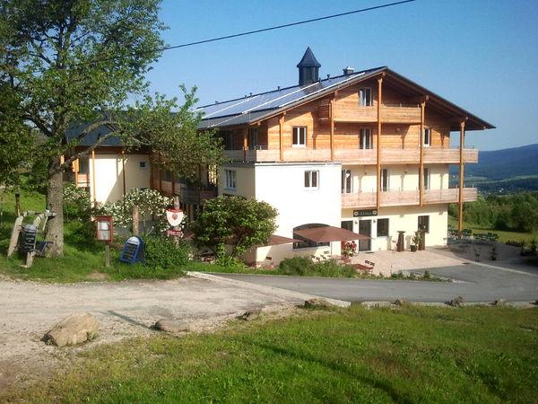 Blick auf den Berggasthof Mooshütte bei Lohberg am Fuße des Großen Arber