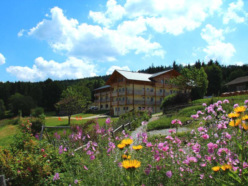 Blick auf den Berggasthof Mooshütte mit Kräutergarten am Fuße des Großen Arber