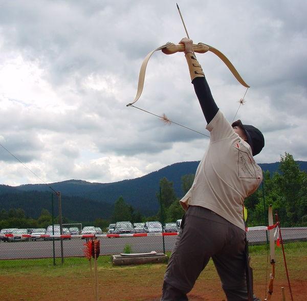 Das Flugziel wird anvisiert beim Bogenschießen in Lohberg am Großen Arber