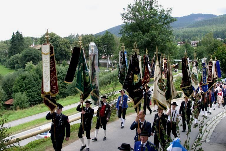 Festzug mit dem Trachtenverein dEnzianbuam in Lohberg am Großen Arber