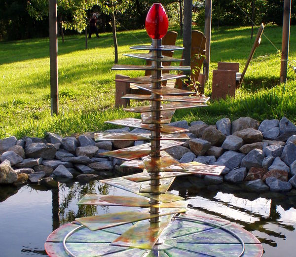 Glasbrunnen im Dorfpark in Lohberg am Großen Arber