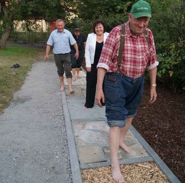 Barfußlaufen im Dorfpark in Lohberg am Großen Arber