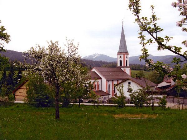Der Erholungsort und Wintersportort Lohberg liegt in der Mitte des Bayerischen Waldes am Fuße der Bayerwaldberge Osser und Arber.