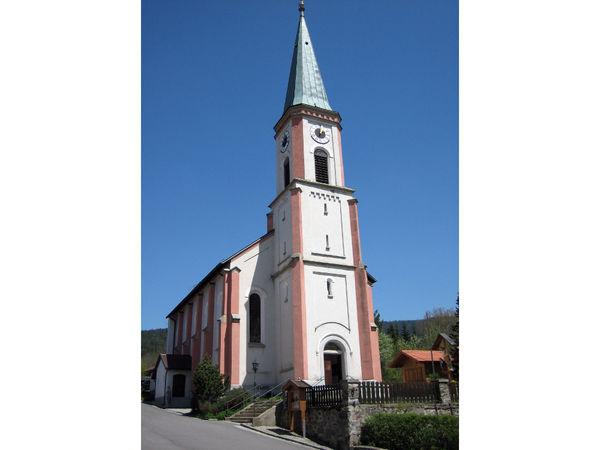 Blick auf die Pfarrkirche ST. WALBURGA in Lohberg am Fuße des Großen Arber
