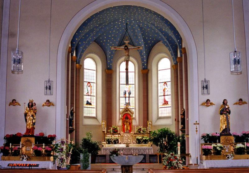 Blick auf den Altarbereich der Pfarrkirche ST. WALBURGA in Lohberg am Großen Arber
