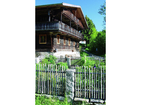 Blick auf das Schwarzauer Haus mit Garten in Lohberg im Bayerischen Wald