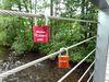 Liebesschlösser an der Brücke zum Seepark in Arrach über den Weißen Regen