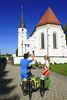 Radler an der Pfarrkirche in Loiching
