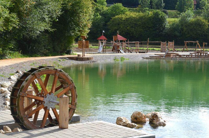 Lonesee im Sommer mit Wasserrad