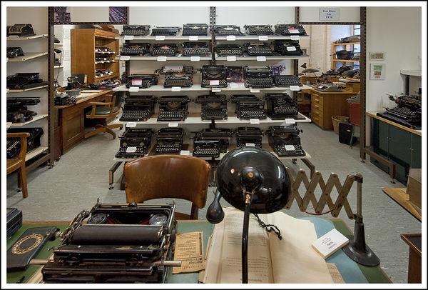Ein Arbeitsplatz mit alten Büromaschinen