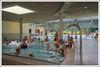 Viele Besucher tummeln sich in einem Becken im Innenbereich