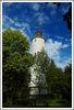 Der Homertturm vor einem blauen Himmel mit einzelnen Wolken