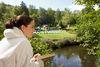 Eine Frau im Bademantel entspannt sich auf dem Gelände des Saunadorfes Lüdenscheid