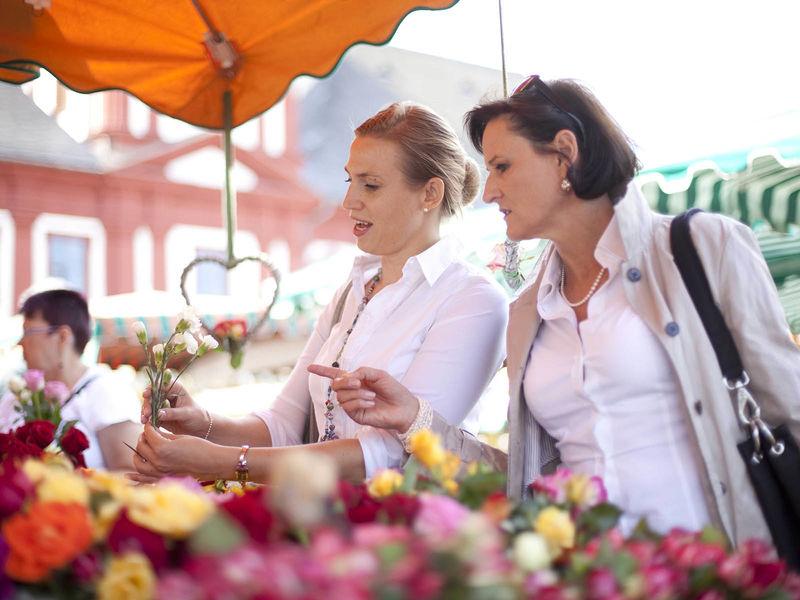 Markt auf dem Marktplatz vor dem alten Rathaus