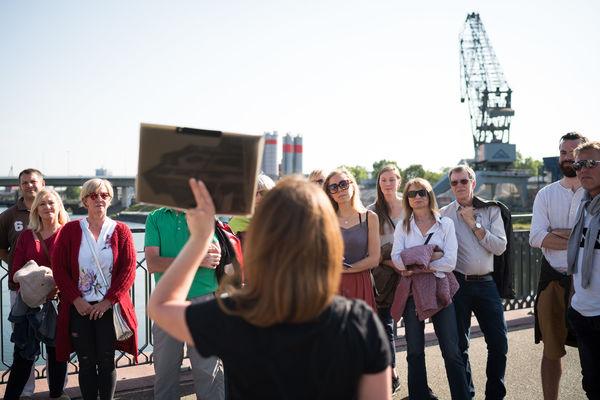 Touristengruppe auf der Teufelsbrücke
