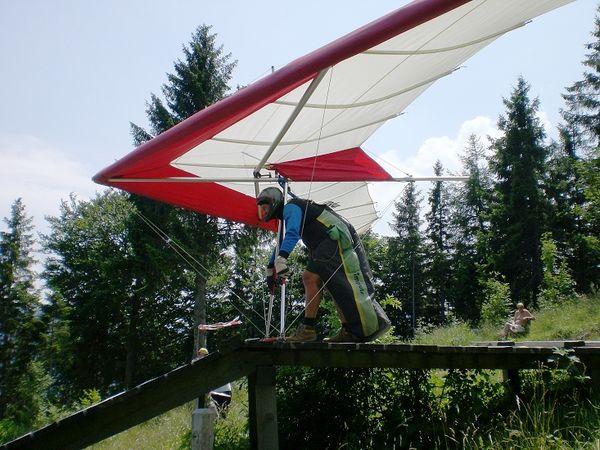 Paraglider beim Start.