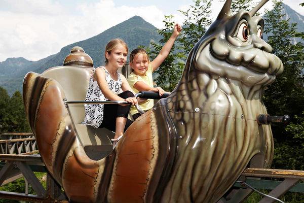 Kinder in der Schneckenbahn des Märchenparks Marquartstein.