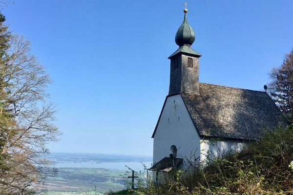 Schnappenkirche mit Blick auf dem Chiemsee