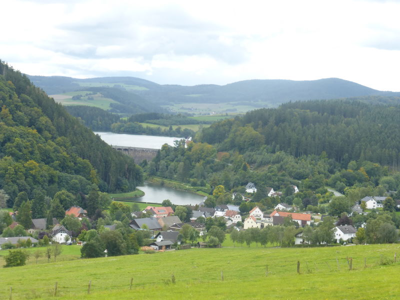 Blick auf Helminghausen Staumauer Diemelsee