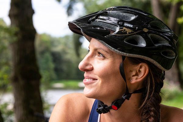 Radfahrerin an der Isar bei Marzling