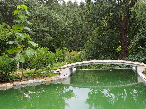 Brücke über den Schwimmteich im Goldshauser Garten in Marzling