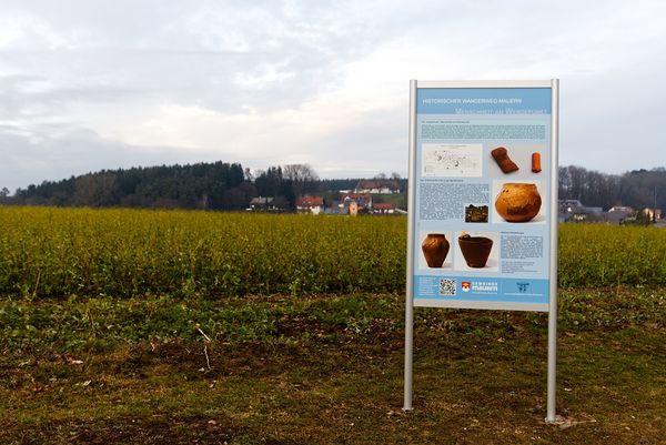 Schautafel auf dem Wollersdorfer Feld