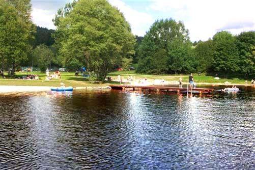 Baden und Freizeitvergnügen bietet der Badesee in Mauth