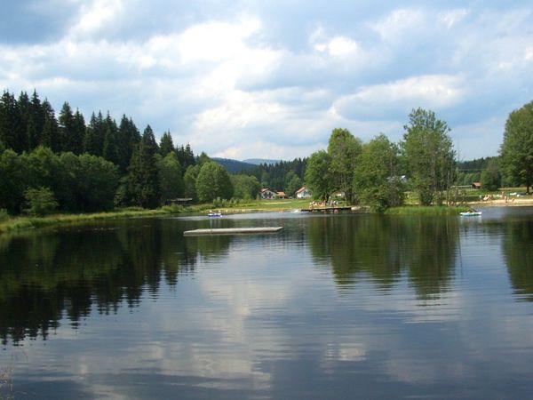 Blick auf den Badesee in Mauth am Nationalpark Bayerischer Wald