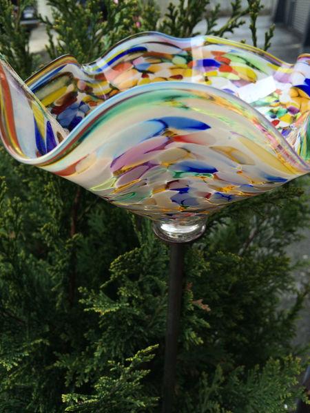 Bunte Kunstwerke aus Glas.
