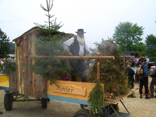 Auch der Köhler darf beim Heimatfest in Mauth nicht fehlen