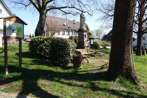 Denkmalplatz Valbert mit Infotafel