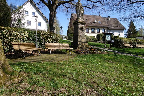Denkmalplatz Valbert mit Sitzmöglichkeiten