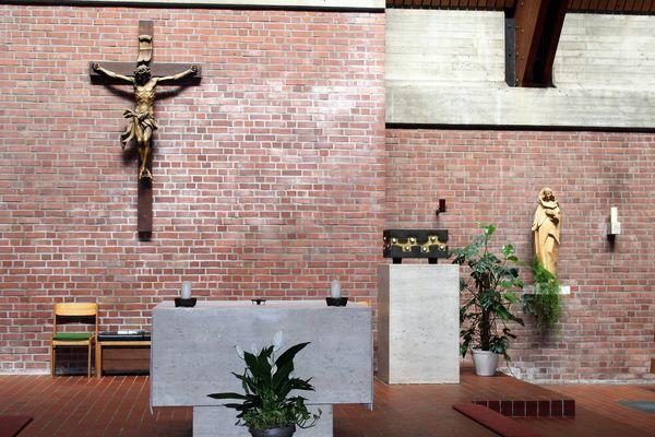 Der Altarbereich der Kirche