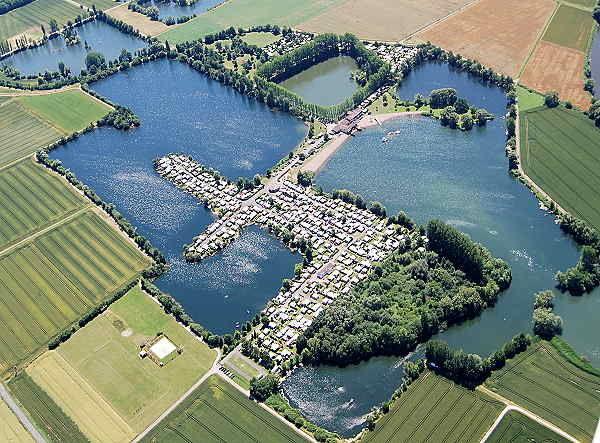 Blick auf den Campingplatz im Meinhardsee im Geo-Naturpark Frau-Holle-Land