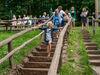Familie auf der Schlammtreppe auf dem Barfußpfad am Jugenddorf Hohen Meißner
