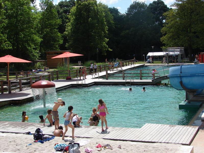 Piscine naturelle naturbad heilborn jardins sans limites for Piscine naturelle prix