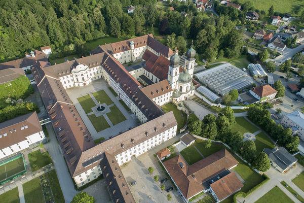 Luftbild von dem Kloster Metten