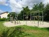 Auf einem großzügigen grünen Areal am Eichenhain befindet sich der Mehrgenerationen-Parcours.