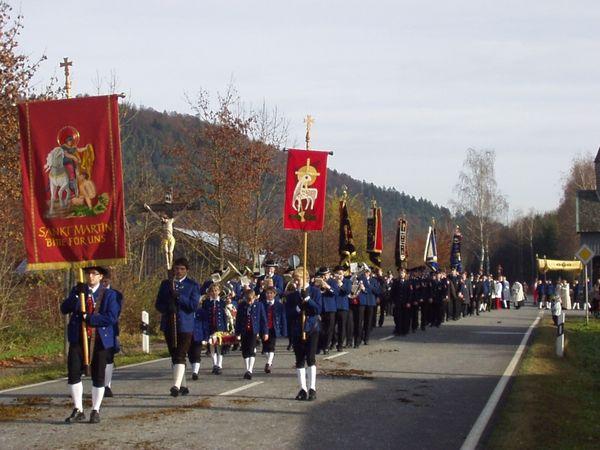 Trachtenverein mit Kirchenfahne beim Martiniritt in Miltach (Urheber: Erwin Vogl)