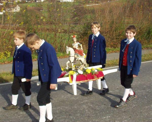 Die Martinsstatue begleitet den Martiniritt in Miltach (Urheber: Erwin Vogl)